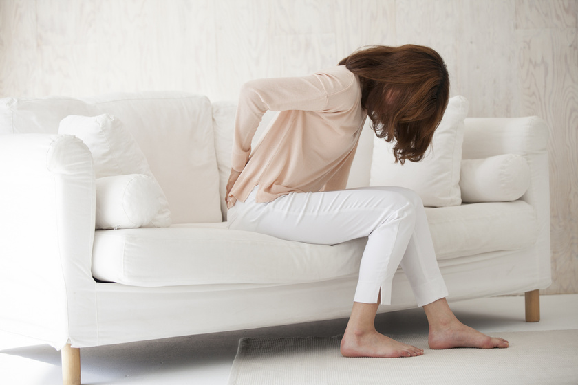 A görcsös derékfájdalom 5 legjellemzőbb tünete: mi jelenthet azonnali segítséget?