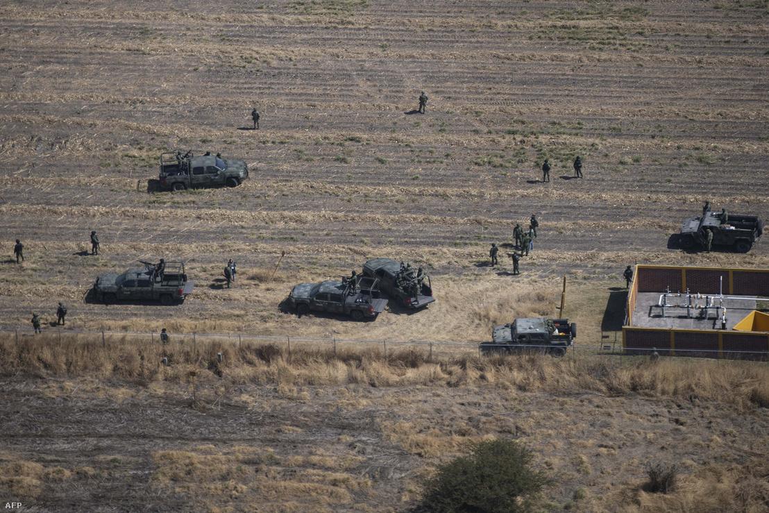 A mexikói hadsereg katonái ellenőrzik Guanajuato állam egy üzemanyag-vezetékét az üzemanyag-maffia elleni akció során 2019. február 4-én