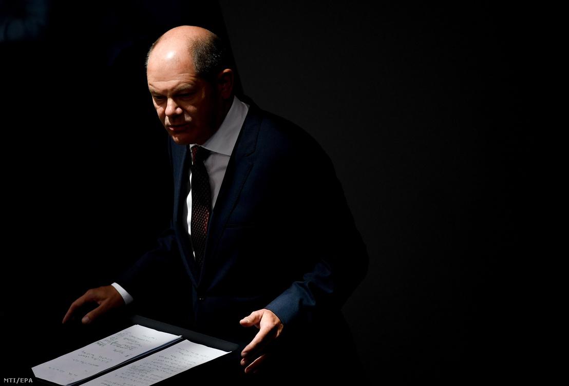 Olaf Scholz német pénzügyminiszter a parlament berlini üléstermében