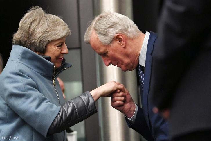 Theresa May brit miniszterelnököt (b) fogadja Michel Barnier, az Európai Bizottságnak az Európai Unióból történő brit kiválás ügyében felelős főtárgyalója az Európai Parlament strasbourgi székhelyén 2019. március 11-én.
