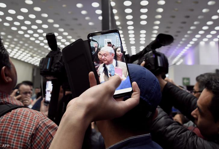 Egy utas fotója a mexikói elnökről, amit Mexikóváros repterén készített 2019. február 15-én