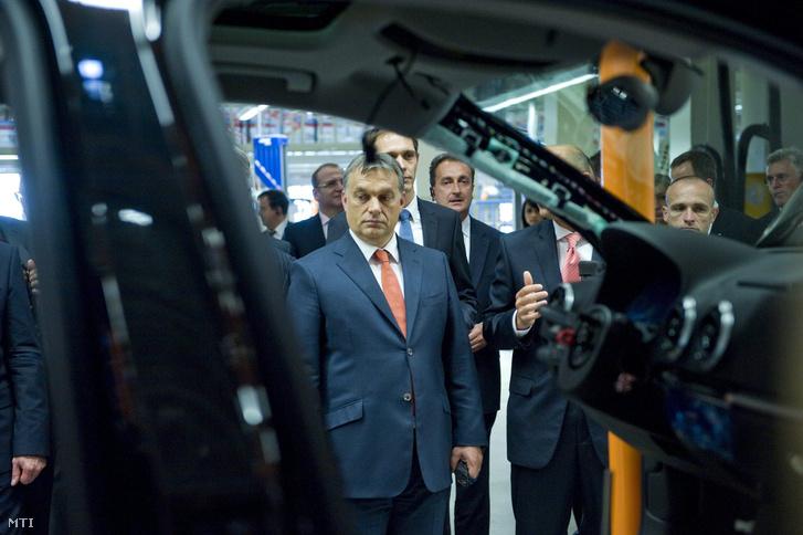 Orbán Viktor miniszterelnök (b) az A3 Limousine sorozatgyártásának megkezdése alkalmából tartott gyárlátogatáson az Audi gyõri jármûgyárában