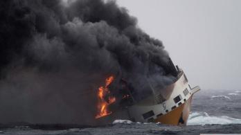 Óriási olajfolt tart a francia partok felé