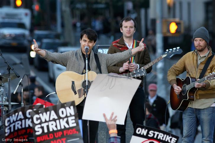 A Vampire Weekend nevű zenekar két tagja, Ezra Koenig és Christopher Baio koncertet ad Bernie Sanders kampányrendezvényén, 2016-ban