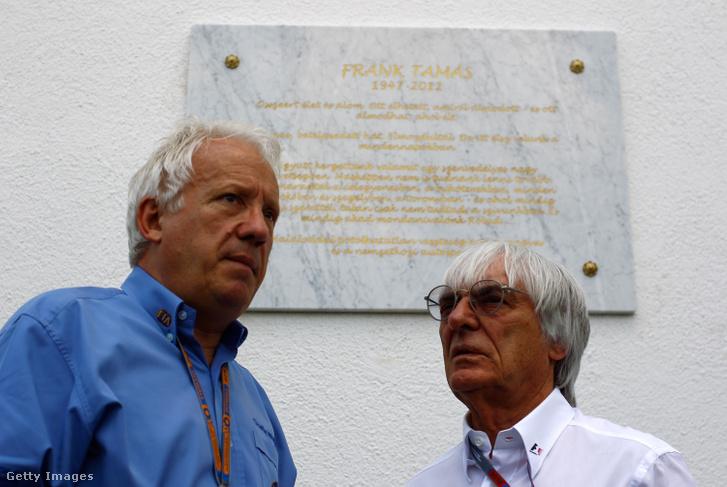 Whiting (b) és Ecclestone (j) a 2012-es Magyar Nagydíjon Frank Tamás emléktáblája előtt