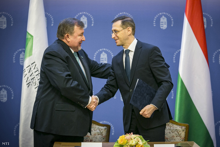 Varga Mihály pénzügyminiszter (j) és Nyikolaj Koszov, a Nemzetközi Beruházási Bank (NBB) elnöke kezet fog a nemzetközi pénzintézet székhelyének áthelyezéséről szóló megállapodás aláírása után Budapesten, a Pénzügyminisztériumban 2019. február 5-én.