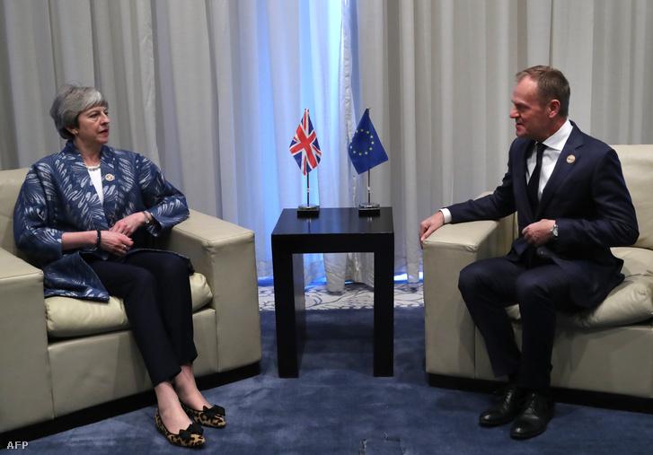 Theresa May brit miniszterelnök (b) és Donald Tusk, az Európai Tanács elnöke megbeszélést folytat az Európai Unió és az Arab Liga első csúcstalálkozóján az egyiptomi Sarm-es-Sejkben 2019. február 24-én.