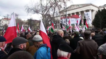 Így érkeztek a Nemzeti Múzeumhoz a magyarok és a lengyelek