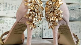 Halott édesanyja üzenetét találta meg esküvői cipője talpán