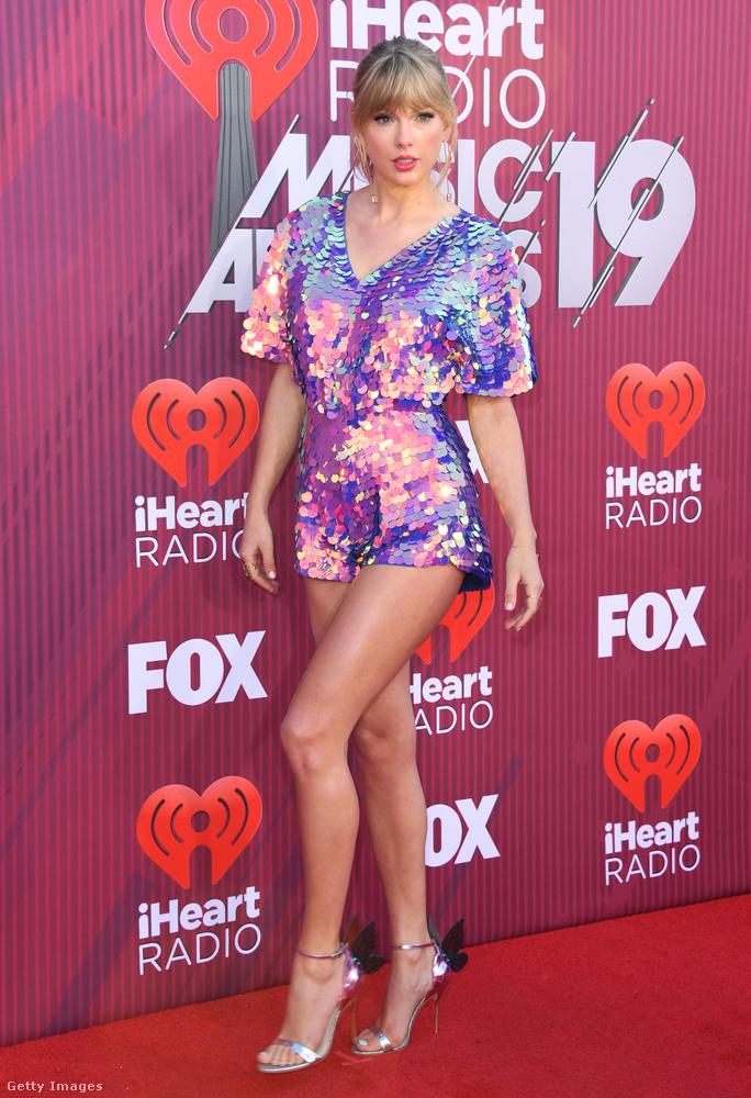 Ha ön elfelejtette volna, hogy Taylor Swiftnek hosszú lábai vannak, akkor ez a színjátszósan csillámló miniruha egy jó emlékeztető.