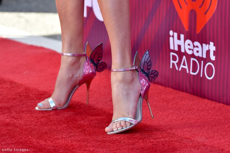 Pillangós cipő van hozzá!