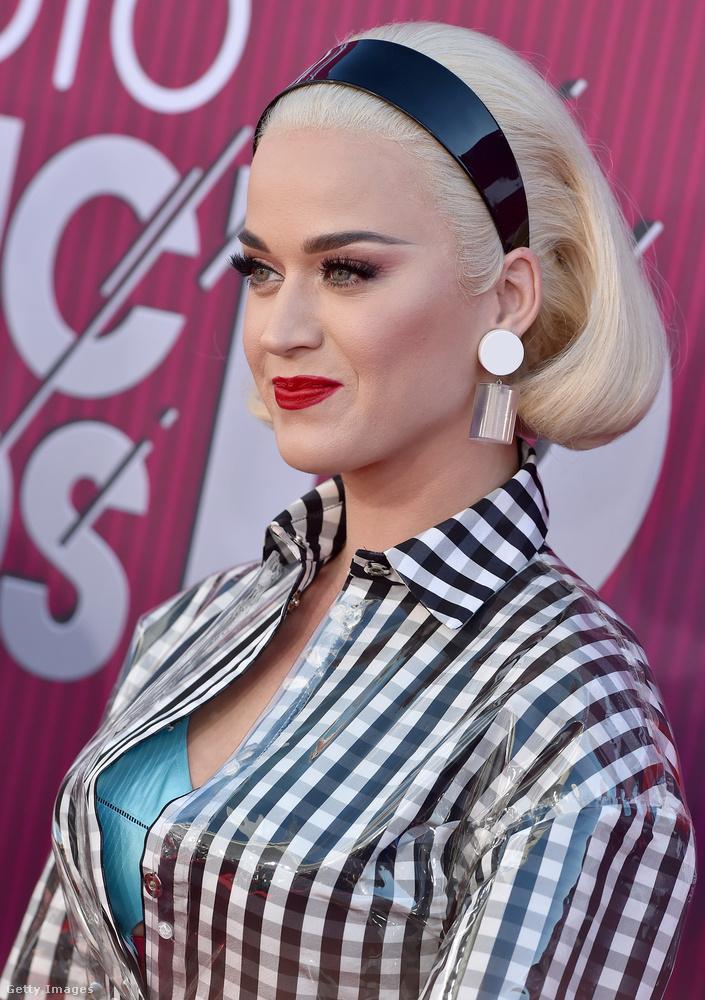 Katy Perry diszkrét dekoltázsát és Betty Drapert idéző frizuráját kicsit közelebbről is megmutatjuk.