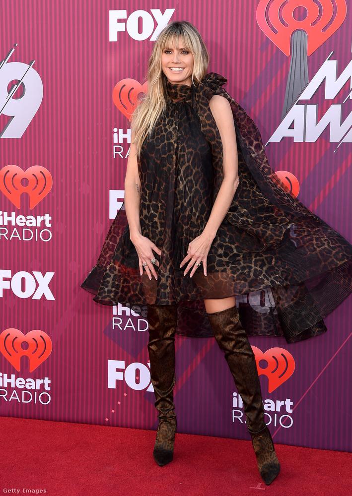 Heidi Klum egy átlátszó, leopárdmintás sátorba öltözve, combcsizmában köszönti önt az iHeartRadio Music Awards gálán! Ezt a zenei díjkiosztót csütörtökön tartották Los Angelesben, a megjelenteket a legszebbektől-legszexisebbektől a legfurábban felöltözöttekig haladva mutatjuk.