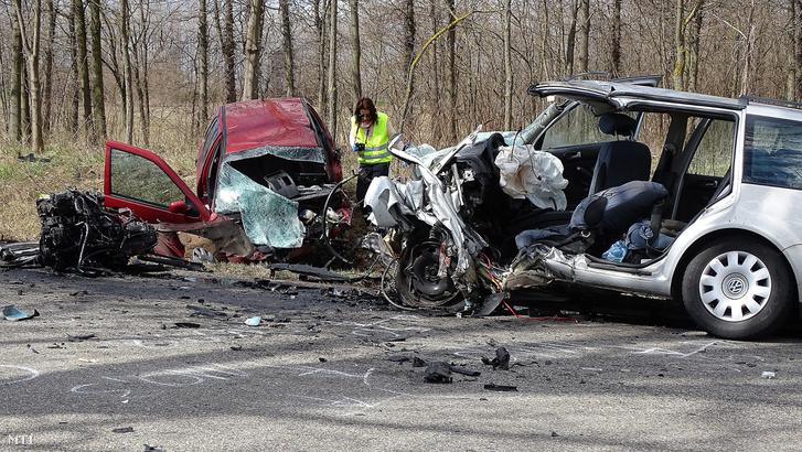 Ütközésben összetört személygépkocsik az 5402-es főút Kiskunmajsa és Kiskunhalas közötti szakaszán 2019. március 15-én.