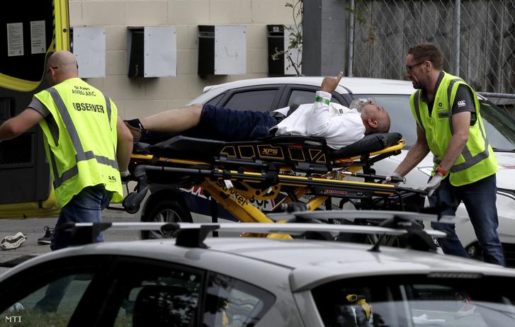 Sebesültet visznek el a mentők az új-zélandi Christchurchben történt két terrortámadás egyik helyszínén 2019. március 15-én.