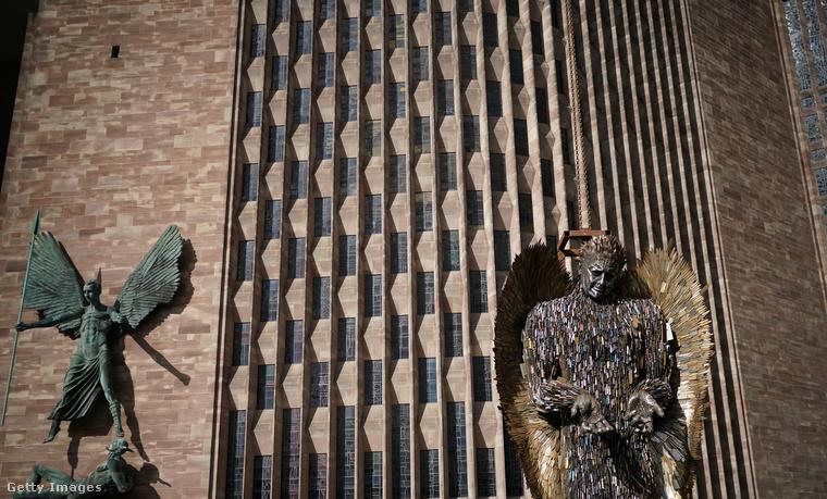 Ezek a képek Coventry katedrálisa előtt készültek az angol városban, március 14-én, egy újonnan felállított angyalszoborról