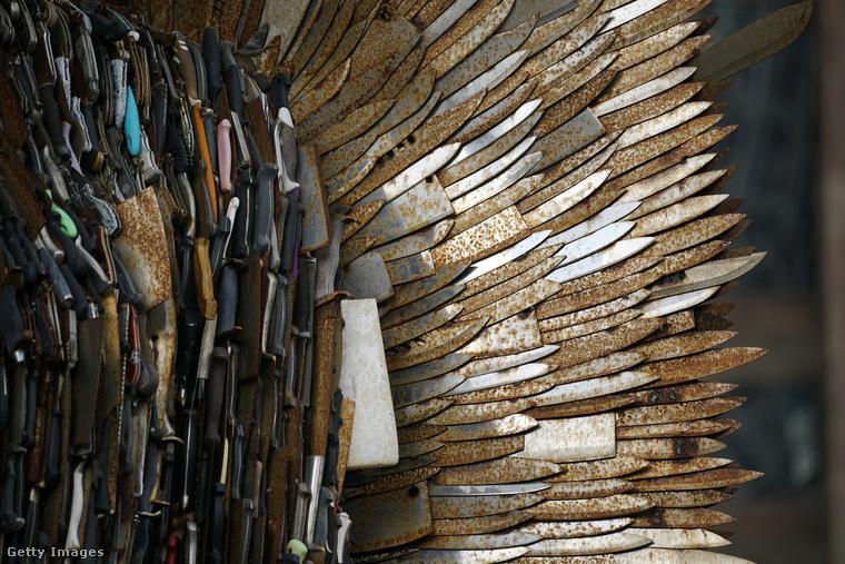 Alfie Bradley szobra arra hívja fel a figyelmet, hogy az utóbbi 10 évben újra emelkedik a szúrófegyverrel elkövetett erőszakos bűncselekmények száma Nagy-Britanniában, és egyben emléket is állít az áldozatoknak.