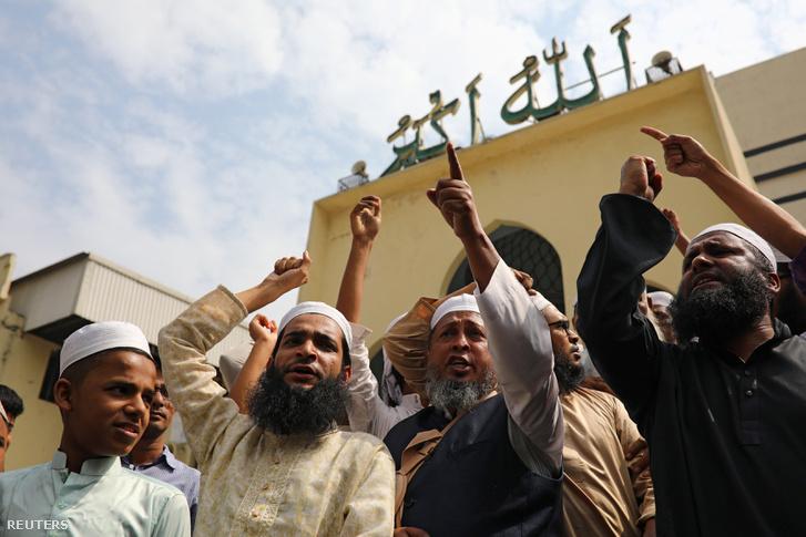 Muzulmánok kántálnak Bangladesh-ben, a christchurch-i mecsetnél történt támadás után 2019. március 15-én
