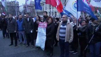 Kitűzték az ellenzéki 8 pontot a Parlamentnél