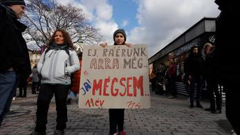 Diákok százezrei tüntettek pénteken a klímaváltozás ellen