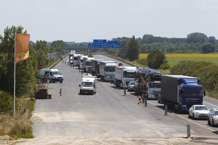 Gépjárművek torlódnak az M70-es autóút Letenye és Tornyiszentmiklós közötti szakaszán a Zala megyei Letenyénél 2018. július 9-én. Az M70-es autóút több mint tíz kilométeres, jelenleg kétszer egysávos szakaszát kétszer kétsávos autópályává építik át. A tavaly kezdődött munkálatok során megépítik a magyar-szlovén határon, Tornyiszentmiklósnál tervezett pihenőhely megnyitásához szükséges közműveket, illetve létesítményeket, továbbá a bal pályán meglévő kilenc hidat összekötik a jobb pályán kialakítandó hídszerkezetekkel.
