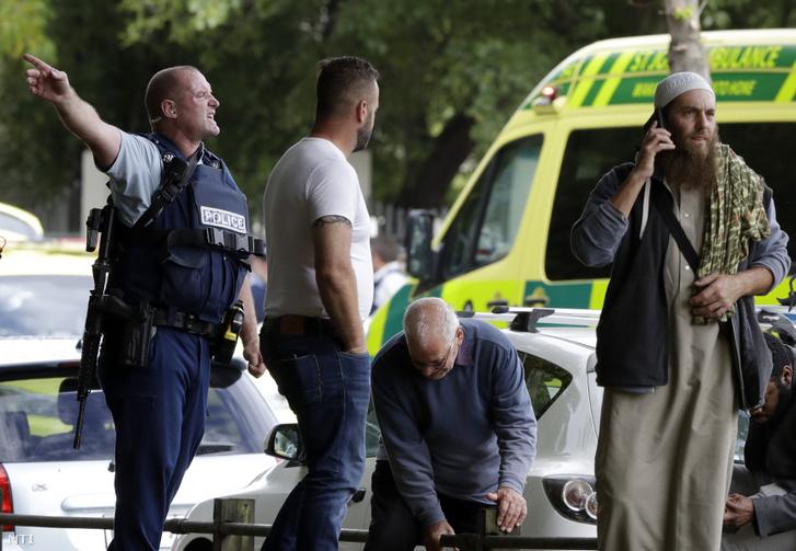 Rendőrök biztosítják az új-zélandi Christchurchben történt két terrortámadás egyik helyszínét 2019. március 15-én.
