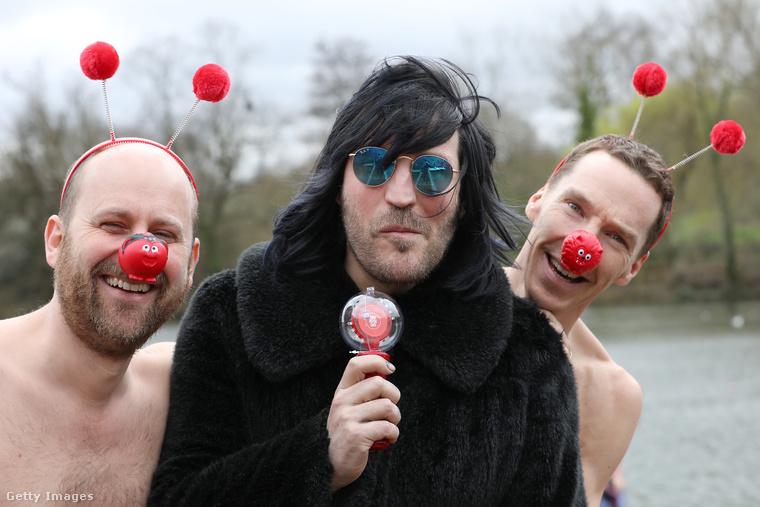 Ezen a képen Zander Woollcombe (mindegy), Noel Fielding (humorista a Mighty Booshból) és Benedict Cumberbatch (színész) látható