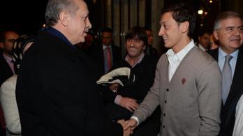 Özil esküvői tanúnak kérte fel Erdoğant