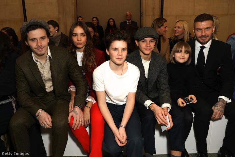 Brooklyn, a barátnője, Cruz, Romeo, Harper és David Beckham idén februárban Victoria Beckham divatbemutatóján.