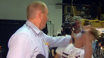 Pofánverte az őt tojással megdobó tinédzsert az ausztrál szélsőjobboldali politikus