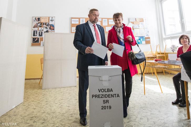 Stefan Harabin államfőjelölt és felesége, Gabriela Harabinová voksol egy pozsonyi szavazóhelyiségben