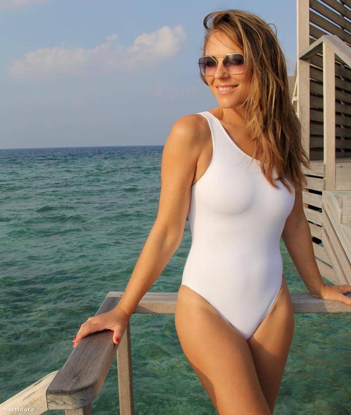 Na jó, becsúszott a sok bikini közé egy egyberészes fehér is.