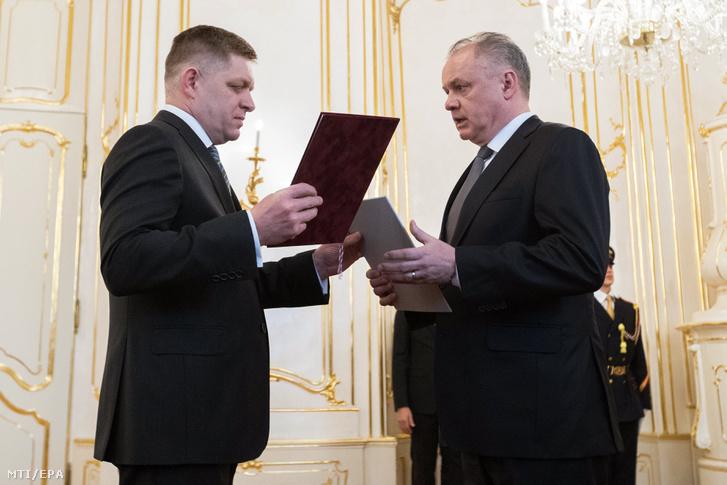 Robert Fico szlovák miniszterelnök (b) benyújtja lemondását Andrej Kiska államfõnek (j) Pozsonyban 2018. március 15-én.