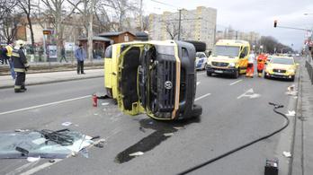 Felborult egy mentőautó Kispesten