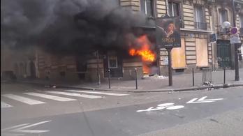 Sárgamellényes tüntetők felgyújtottak egy bankot Párizsban
