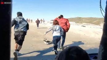 Felvették, ahogy 60 menekült átszökik Mexikóból az USA-ba a határkerítésen keresztül