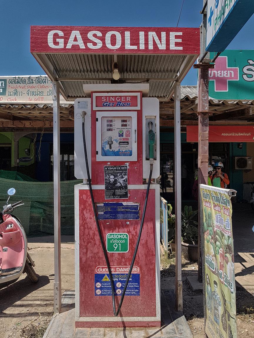 Tipikus automata útszéli benzinkút robogósoknak, a választék egy tételből, 91-es benzinből áll. Az üzemanyag ára normál benzinkutakon 250-270 ft körül mozog. Ezek után és a saját, hazai árainkat napi szinten nyögve minimum vicces volt hazafelé Katarban a dohai taxis morgását hallgatni, hogy már olyan 130 ft-ot is fizetniük kell egy liter benzinért