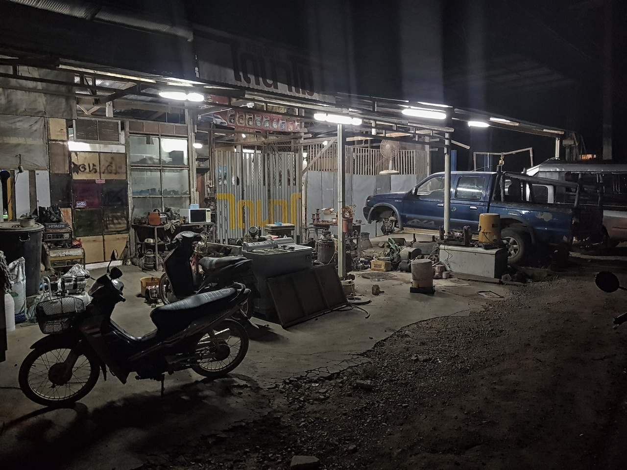 Éjjel-nappali autószerviz Ao Nangon. Rengeteg hasonló színvonalú műhelybe lehet beleakadni úton-útfélen