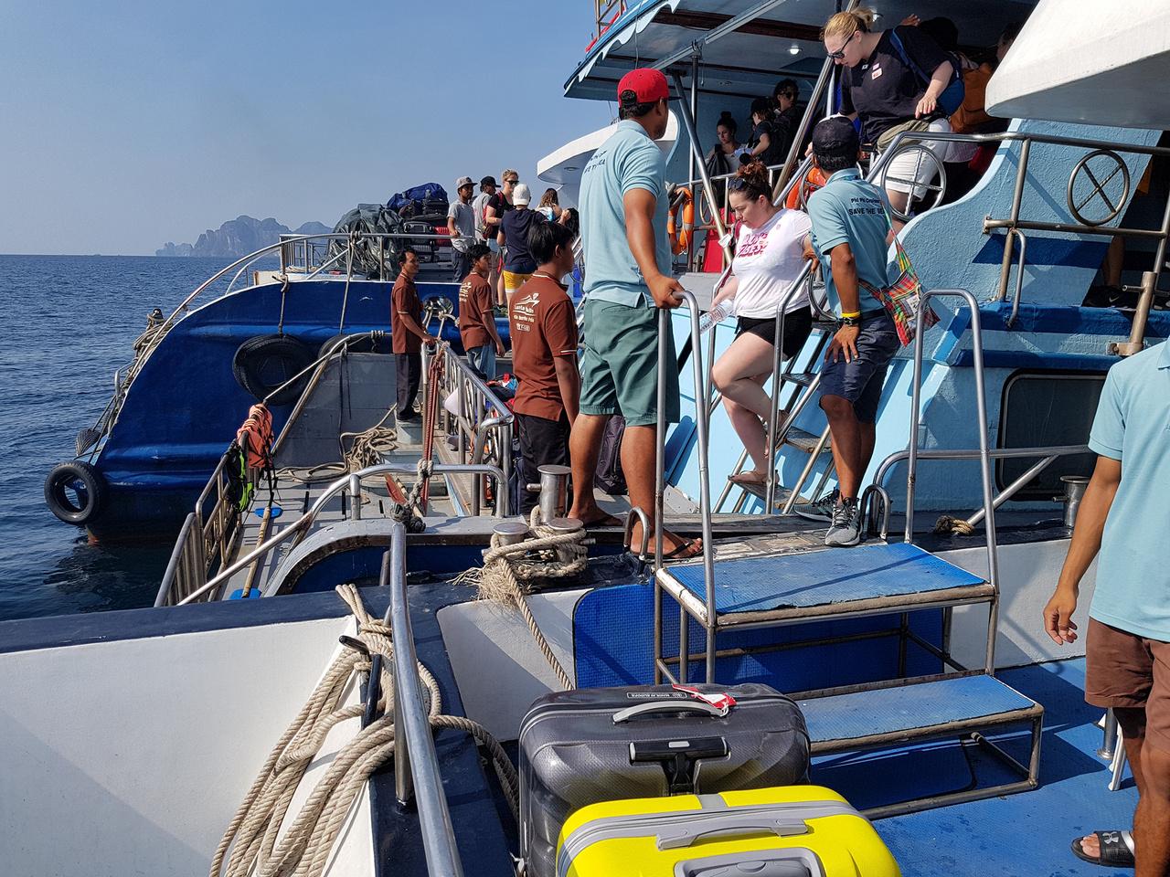 A hajózásnak kiemelten fontos szerepe van a szigetvilágban, itt éppen egy Koh Phi Phi szigetei melletti átszállás látható a fonódó kompok között, a nyílt tengeren. Kikötéssel nem vesződnek, egyszerűen a hajók összekapcsolása után szállnak át az utasok egyikről a másikra