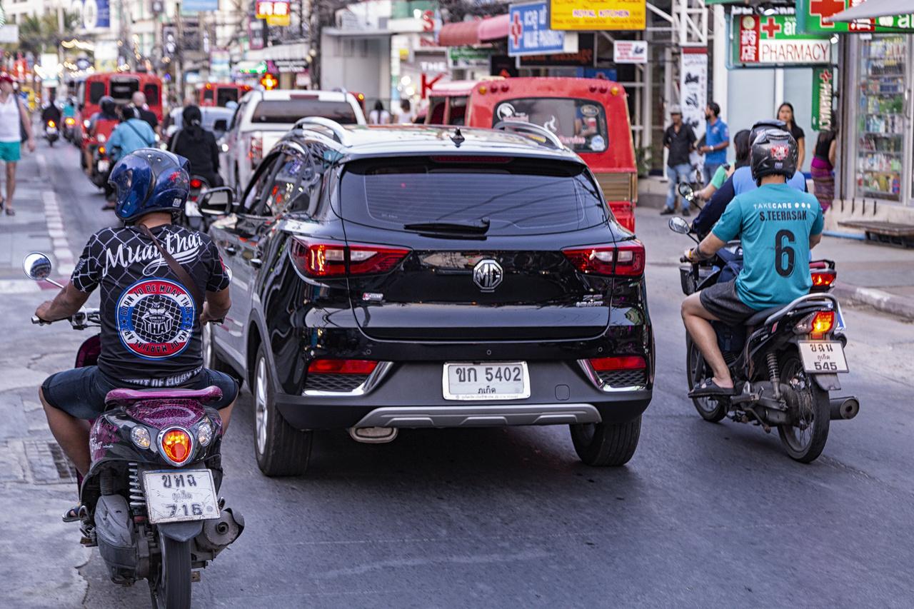 A felénk erősen kihalófélben lévő, egykoron brit MG márka a kínai tulajdonba kerülése után itt nagyon is él és virul. Ez a Mazda utánérzésű MG ZS egy kompakt családi SUV, amely mindössze kétféle benzinmotorral elérhető, 1.5-ös 106 lóerős, valamint ezres, háromhengeres, turbós verzióban forgalmazzák, 111 lóerős teljesítménnyel és viszonylag elterjedt típusnak számít. A brit piacra XS néven vezették be, elkerülendő a régebbi ZS modellel való keveredést