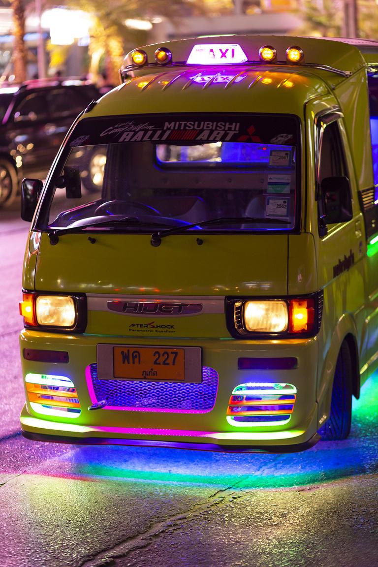 Míg Krabi tartományban a tuk tukok jellemzően robogókra hegesztett, segédkeretes felépítmények, Phuketen már a Daihatsu Hijet a (szinte) egyeduralkodó a műfajban. Az olcsó, apró, nyitott utasterű taxik műfajában szinte kötelező a pimpelés, ami a legtöbb esetben igen nevetségesen hat a 660 köbcentis, 45-53 lóerős szörnyetegeken. Búcsús felnik, neonfények, nagy hifi, diszkógömb, amit akarnak, parasztvakítás a maximumon
