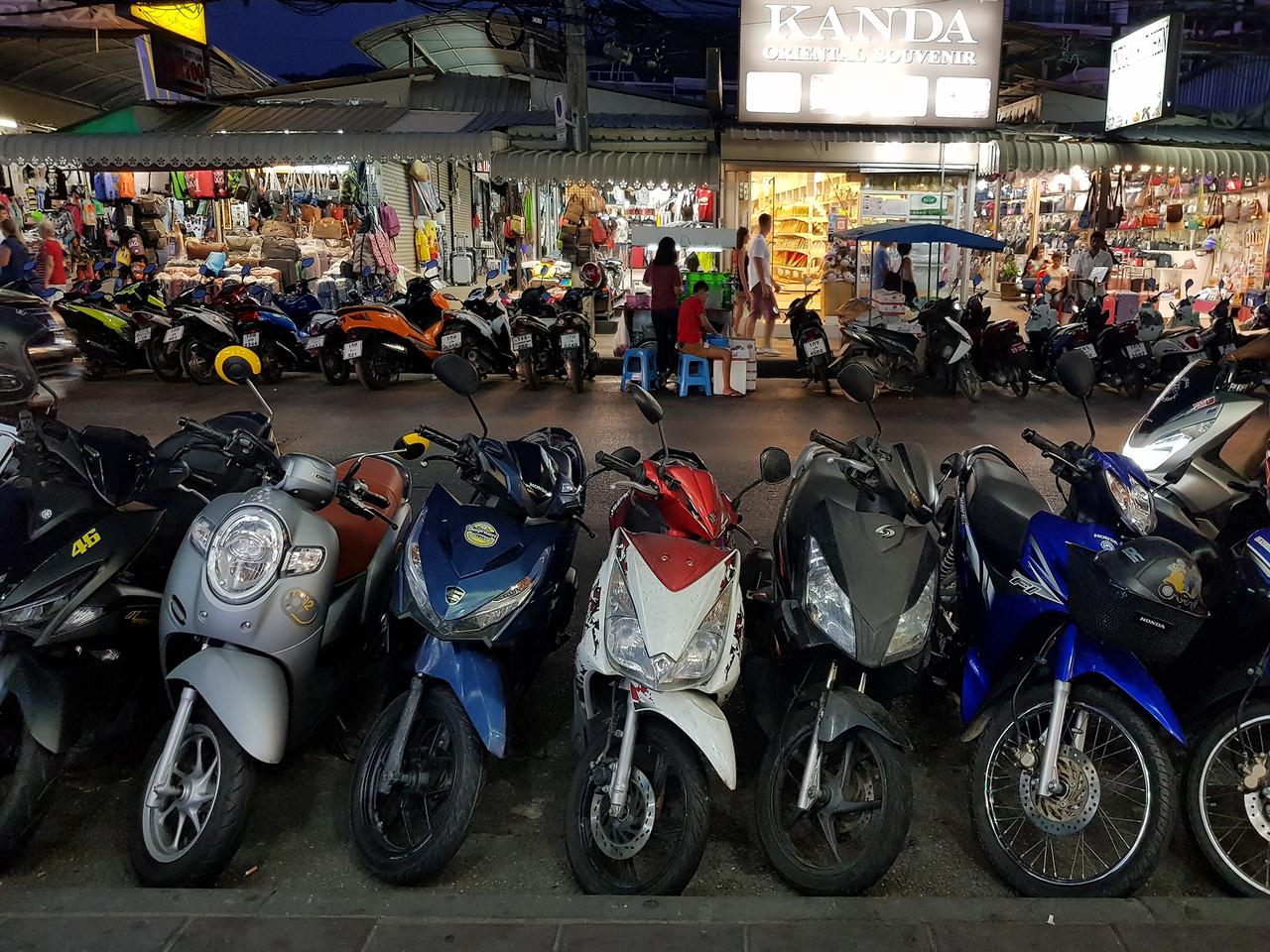Thaiföld a maga közel hetvenmilliós népességével, mesés természeti csodáival a világ turizmusában kiemelkedő szerepet játszik. A közlekedés az Ázsiában megszokott kissé kaotikus módon, ráadásul a bal oldalon zajlik, főszerepben a robogókkal. Bár nincs annyi belőlük, mint Vietnámban, ahol kb. negyvenmillió(!) motorkerékpárt tartanak nyilván, itt is a legfontosabb közlekedési eszköz egész családok számára. Az elmúlt években folyamatosan 1,6-2 millió db között mozog az értékesített új robogók száma, ehhez képest 7-800 ezer új autó talál gazdára