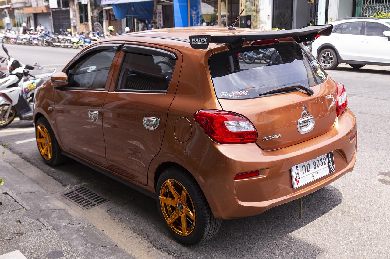 A Mitsubishi Mirage kategóriájának népszerű képviselője, a súlyosnak tűnő, krómmal kötelezően nyakon öntött kilincsek mintha szériában kerülnének fel a thaiföldi autókra. A cég a nemzetközi piacon a Colt nevet váltotta a típusjelzéssel 2012-ben, melyet már előtte is generációkon keresztül használt