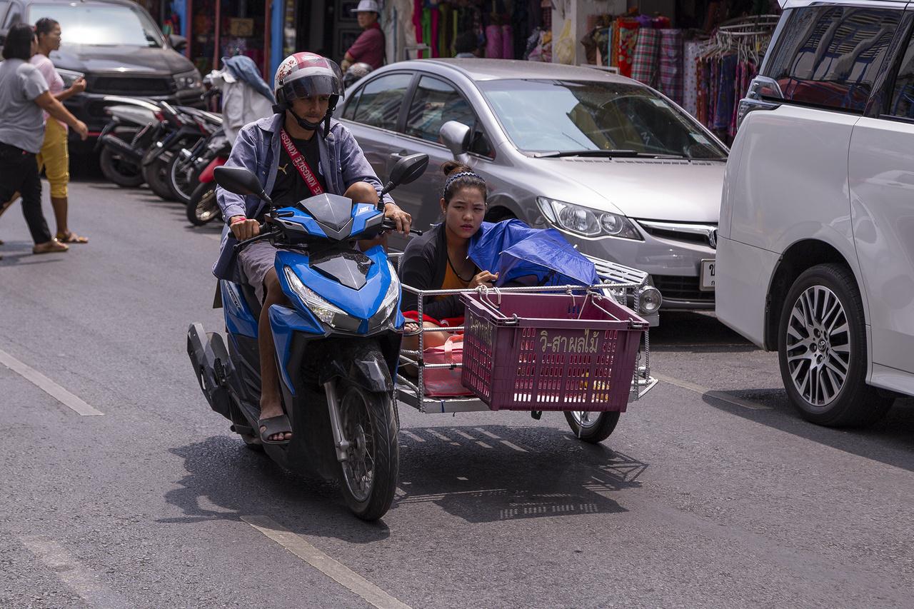 Kicsit sem passzol a szinte vadonatúj Honda Clickhez a hozzátákolt keret, de ez itt senkit nem zavar. Így utaznak ők