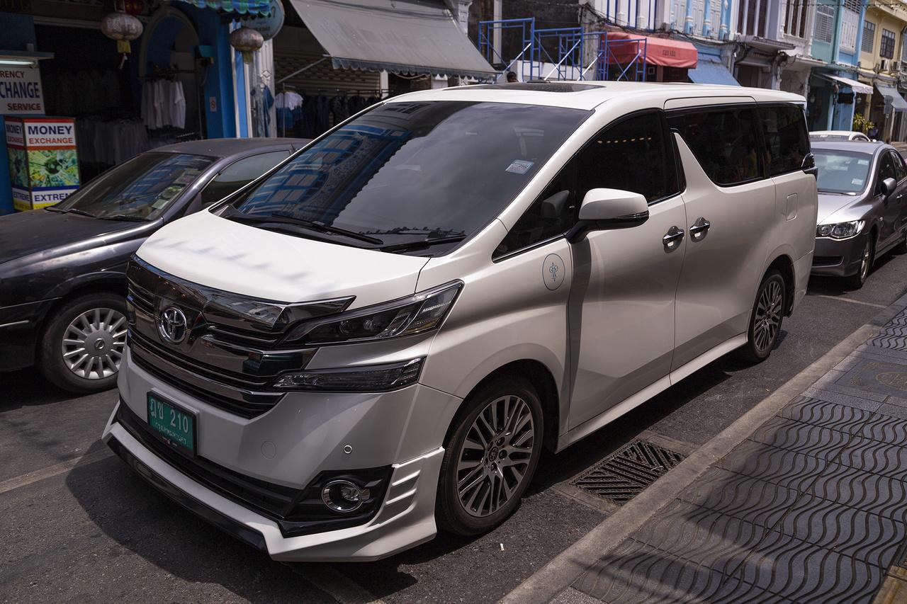 Toyota Vellfire, amely egy leginkább ázsiai piacra készült, aranyáron mért MPV. A típus a 2002-ben bemutatott Alphard utódja. A nagy SUV láz kitörése óta a kategória haldoklik, bár Ázsiában még mindig nagyon népszerűek ezek a kisbuszok. Kizárólag 2.4-es benzines illetve ugyanilyen lökettérfogatú hibrid motorokból áll a választék, 70,000 dollár körüli kezdőárral pedig sosem lesz tömegesen az utcakép része, arra ott van a millió darab Hiace Commuter, ami egy 12 személyes csapatszállító és annyi szaladgál belőle az utakon, mint nálunk Opel Astrából