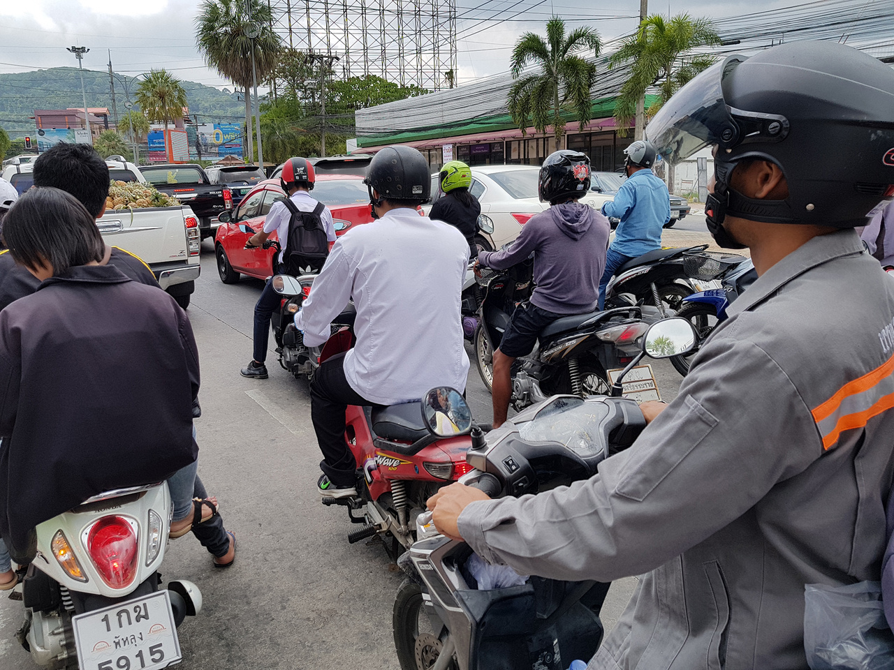 Ilyen kaland robogózni Phuket belvárosában. A sávok száma csupán ajánlás, ahányan elférnek, annyian fel is sorakoznak a rajtrácsra a piros lámpáknál, nem csupán motorral, sokszor autóval is. Bár elsőre életveszélynek tűnik, mégis folyamatosan biztonságban éreztem magamat két hét alatt, többszáz kilométert levezetve ebben az őrületben. Ennek ellenére nem szabad figyelmen kívül hagyni, hogy a világon a legveszélyesebb ország a motorozás szempontjából Thaiföld. Naponta átlagosan 15-en halnak meg közúti balesetben motoron ülve, az összes baleset több, mint 70%-ában motorosok is résztvevők