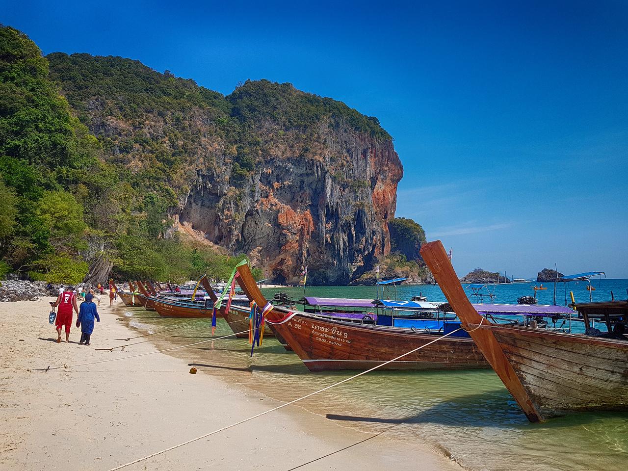 Nincsen Thaiföld longtail boatok nélkül. Ezek az ikonikussá vált, fából készült hajók teszik ki a hajóállomány jelentős részét, a hajtásukról kapták a nevüket. Jellemzően Nissan (használnak Isuzut is) motor főtengelyéhez egy hosszú rúd van erősítve, melynek végén hajócsavar forog, ezt engedik le a vízbe, a kézigázt pedig zsinórral vagy rudazattal, a másik kézzel vezérlik. Pofonegyszerű, tartós megoldás