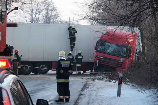 Tűzoltók dolgoznak a 47-es út 184-es kilométerénél Hódmezővásárhely és Székkutas között a csúszós úton ahol fákat tört ki a keresztbe fordult  kamion.