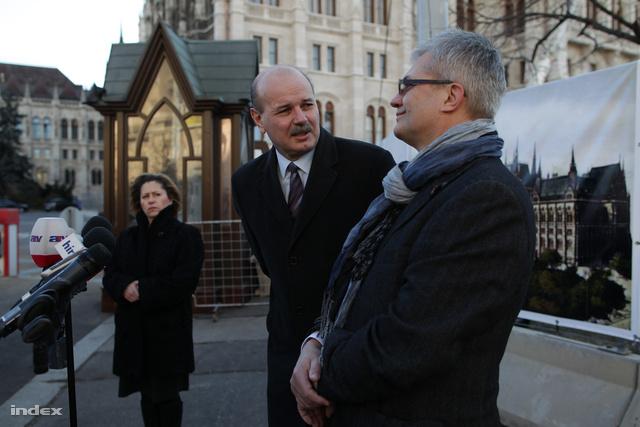 Bakos Emil (középen) tartott vasárnap délután háromkor sajtótájékoztatót az átépítésről