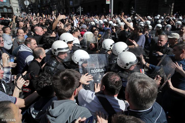 Tüntetés a belgrádi elnöki rezidenciánál 2019. március 17-én.